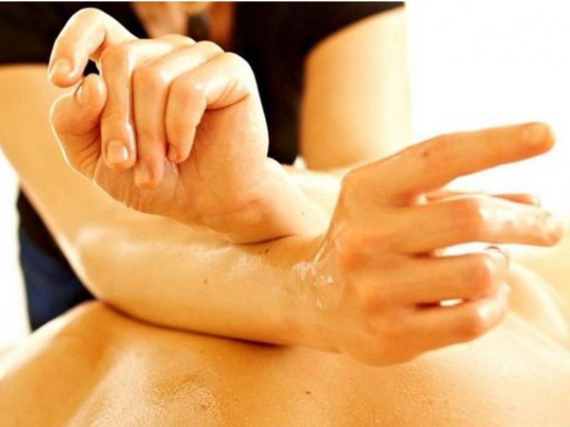 Balinežanska masaža celog tela u trajanju od 60 minuta za samo 790 din. u ldquoCentru za estetiku i lepotu ldquo Bul. Mihajla Pupina 6/519, u Novom Sadu. Bali masaža Bali masaža koristi se vekovima za regeneraciju i učvrscaronćivanje tela te pomaže isceliti telo i um. Ova tradicionalna terapija kombinuje istezanje, duge poteze, tehnike pritiskanja dlanovima i palčevima oko energetskih meridijana u telu kako bi se opustila napetost miscaronića i stimulisao limfni sistem koji će tada moći započeti regenerativno delovanje i dovesti do olakscaronavanja napetosti, poboljscaronanja protoka krvi, ublažavanja stresa i smirivanja uma.  . Dobra masaža pomoći će Vam da opustite svaki miscaronić, da zaboravite na sve stresove, obaveze i dozvolite svom telu odmor i regeneraciju . Terapija masažom je jedna od najstarijih metoda lečenja, smatra se da se koristi već 5000 godina. Koreni masaže vode poreklo iz Kine gde se pre 4700 godina koristila za ublažavanje bola nastalog od tescaronkog fizičkog posla.Terapija masažom najčescaronće se koristi za mentalno opuscarontanje posle dugotrajnog stresa, i ublažavanje bola u leđima i vratu prouzrokovanih dugotrajnim sedenjem. Pozitivni efekti masaže su mnogobrojni: Ona scaroniri krvne sudove poboljscaronava ishranu ćelija, poboljscaronava elastičnost i regeneraciju kože, opuscaronta miscaroniće, podstiče probavu, ubrzava metabolizam, pospescaronuje izbacivanje scarontetnih materija iz organizma, smanjuje bol i napetost, deluje pozitivno na unutrascaronnje organe. Zato dozvolite svom telu da uživa ! Bićete zdraviji i aktivniji !