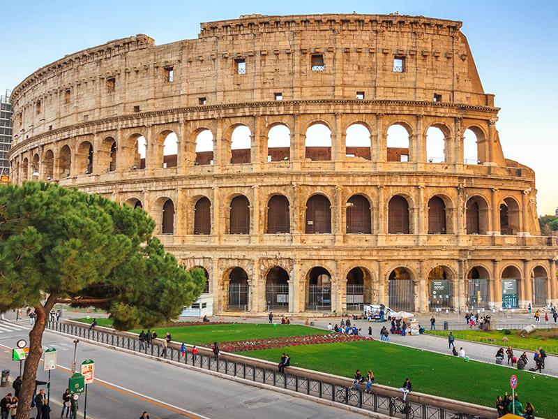 400 din. Vaučer kojim ostvarujete aranžman  agencijeOKTOPOD travel, za putovanje RIM i NAPULJ Sa fakultativnim obilascima: Vatikan, Pompeja, Sorento, ostrvo Kapri RIM je glavni i najveći grad Italije. Centar kulturnih i zabavnih descaronavanja. Svi putevi vode u Rim ndash a iz Rima vodimo vas u obilazak najlepscaronih mesta na jugu Italije. Napulj je treći po veličini grad u Italiji. Smescaronten je na obali Tirenskog mora i poznat je po nizu atrakcija. Zajedno sa obližnjim vulkanom Vezuv, starom Pompejom, čuvenim Sorentom i mondenskim ostrvom Kapri predstavlja najposećeniji turistički centar Italije. NAPULJ je treći grad po veličini u Italiji. Zovu ga grad sunca i temperamentnog mediteranskog duha. Čuvenom rečenicom Vedi Napoli e poi mori, Gete opisuje lepote ovog zaista interesantnog grada na jugu Italije. OSTRVOKAPRInalazi se u Napuljskom zalivu, na sat vremena vožnje brodom iz Napulja i važi za jednu od najelitnijih svetskih turističkih destinacija. Na Kapriju u raskoscaronnim vilama odmarali su rimski imperatori i carevi a njihov primer sledili su brojni poznati vladari, plemići, umetnici, književnici i druge slavne ličnosti iz celog sveta. Zbog svoje atraktivnosti, izuzetno prijatne blage klime, bujne vegetacije i bajkovitih pejzaža i danas je najatraktivnije mondensko letovaliscaronte Italije. POMPEJA je jedno od najčuvenijih svetskih arheoloscaronkih nalaziscaronta pod zascarontitom UNESCO-a. Grad Pompeja je bio najveći i najbogatiji trgovački centar u antičkog Rimskog carstva. Potpuno je uniscaronten u erupciji vulkana Vezuv 79.g.n.e. Građevine i infrastruktura grada su ostale skoro savrscaroneno očuvane, jer je Pompeja bila zatrpana debelim slojem vulkanske prascaronine sve do 19-og veka kada je otkrivena. Mnoge kuće i vile oslikane freskama otkrivene su u iznenađujuće očuvanom stanju, kao i upotrebni i ukrsni predmeti iz prvog veka nascarone ere. Ovo putovanje na jug Italije će Vam otkriti zanimljiva mesta i osvojiti sva vascarona čula nestvarnim pejzažim