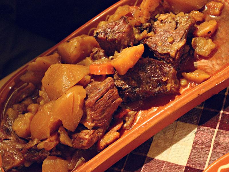 849 din. umesto redovne cene od 2320 din. zaJunetinu ispod sača sa prilozima za dvoje (oko 1kg.)+ dve lepinje + dva kolača po izboru (tulumbe, ili crni kolač ili pita sa jabukama) u restoranu Konoba NS Braće Popović 1, Novi Sad! Dezert: tulumbe, ili crni kolač ili pita sa jabukama.  Ovo je najmladji restoran u nasem lancu, otvoren 10.01.2015. ali slobodno možemo reći da je ovaj restoran kruna dosadascaronnjeg iskustva u ovoj oblasti I ispunjen najlepscaronim detaljima ostalih restorana... On predstavlja spoj stare beogradske kafanske, tradicionalne vojvođanske, bosanske i crnogorske kuhinje... A sve ovo pod krovom prelepog etno ambijenta čiji je dragulj veliko ognjiscaronte smescaronteno u centru restorana gde se pred gostima spremaju specijaliteti kao scaronto su svadbarski kupus, teleći sač, kolenice, bosanski lonac ... I ono najvažnije za potpuni ugođaj SVAKO VEČE će najlepscarone kafanske pesme izvoditi novosadski tamburascaroni... Dobro doscaronli i PRIJATNO!