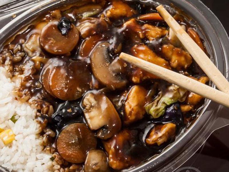 550 din umesto 1100 din za DVE (2) velike porcije piletine, svinjetine ili teletine, sosom po izboru i DVE (2) porcije pirinča . VELIKI PEKING ndash VELIKI POPUST! Restoran kineske hrane ldquoVeliki Pekingrdquo, nalazi se u Novom Sadu, na Bulevaru Oslobođenja 2a, kod Opportunity Banke. U restoranu ldquoVeliki Pekingrdquo Vas očekuje VELIKI izbor kineskih jela od piletine, teletine i svinjetine, salate, supe, pirinač na viscarone načina, nudle, morski plodovi ,vegetarijanska hrana i ukusne kineske poslastice ndash pohovane banane, ananas i sladoled! Hrana se priprema sveža ndash dok se Vi smestite u prijatnom ambijentu restorana, vescaronti kineski kuvar će Vam na licu mesta pripremiti fantastična jela u kojima ćete osetiti istinski užitak! Veliki izbor zdrave hrane, spremljene vescarontom rukom iskusnog KINESKOG KUVARA, kao i povoljne cene UBEDIĆE Vas da je Restoran ldquoVeliki Pekingrdquo prva Vascarona opcija kad je kineska hrana u pitanju! Telefon za zakazivanje i informacije 021 446 154 Ručak ili večera za dvoje za 550 dinara u Restoranu Veliki Peking u Novom Sadu. Ponuda obuvata dve velike porcije glavnog jela i belog pirinča. Izabraćete svoje omiljeno jelo od ponuđenih Piletina sa povrćem Piletina sa povrćem i kikirikijem Svinjetina sa povrćem Svinjetina sa povrćem i kikirikijem Teletina sa povrćem Teletina sa povrćem i kikirikijem Sosevi za kombinovanje su: Soja sos Kari sos Ostrige sos Sečuan sos Slatko-kiseli sos Slatki kiseli i ljuti sos Dobro doscaronli i PRIJATNO!