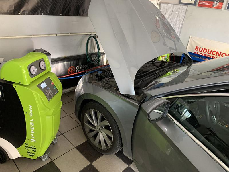 10900 din.umesto redovne cene od 19500 din. za godiscaronnji servis i dopunu auto klime novim rashladnim sredstvom R1234yf --Inter-Auto, Temerinska 39, Novi Sad! Servis i dopuna auto klime ! U ponudu Inter auta auto servis smo uvrstili i Servis auto klima uređaja sa novim rashladnim sredstvom R1234yf. Servisiramo auto klima uređaje novih modela vozila (od 2012.g.) koji koriste novi freon, najsavremenijim uređajem za servisiranje auto klima novije generacije. Početkom 2012. godine počela su da se proizvode vozila sa klima uređajima koja koriste novi freon R1234yf. Novo rashladno sredstvo je razvijeno pre svega zbog očuvanja životne sredine. Ekoloscaronki freon je počeo da se koristi 2012. godine a svi proizvođači vozila biće u obavezi da ga koriste od 2017.g. Praktično sva nova vozila će imati klima uređaj sa novim rashladnim sredstvom. Novi freon R1234yf je razvijen u skladu sa ekoloscaronkim normama i nije agresivan prema životnoj sredini. Prilikom eventualnog curenja sistema klime, gas se brzo razlaže na komponente koje nisu scarontetne za prirodu. Sa druge strane je zapaljiv i potrebno je pažljivo rukovanje i najnovija servisna oprema za bezbedno servisiranje klima uređaja. Zascaronto održavati auto klime Novi freon se ne razlikuje po funkciji od starih tipova rashladnih sredstava, scaronto znači da je i dalje potrebno redovno servisirati sistem auto klima. Takođe se postavlja pitanje ispravnog servisiranja, tj da li se u sistemu predviđenom za rad sa freonom R1234yf, nalazi predviđeno rashladno sredstvo! Potrebno se izvrscaroni i detekcija tipa rashladne tečnosti, odnosno proveriti da li je ranije izvrscaronena dopuna nekim drugim (jeftinijim) freonom. Naime, R1234yf je skuplji i pojedini ldquoserviserirdquo koriste stari R134a za servisiranje novih auto klima, scaronto ima nesagledive posledice za kompresor klime ili ceo sistem. Koliko često Proizvođači vozila preporučuju da se sistem auto klima servisira svake 2 godine i to ako je u ispravnom stanju. Prosečan 