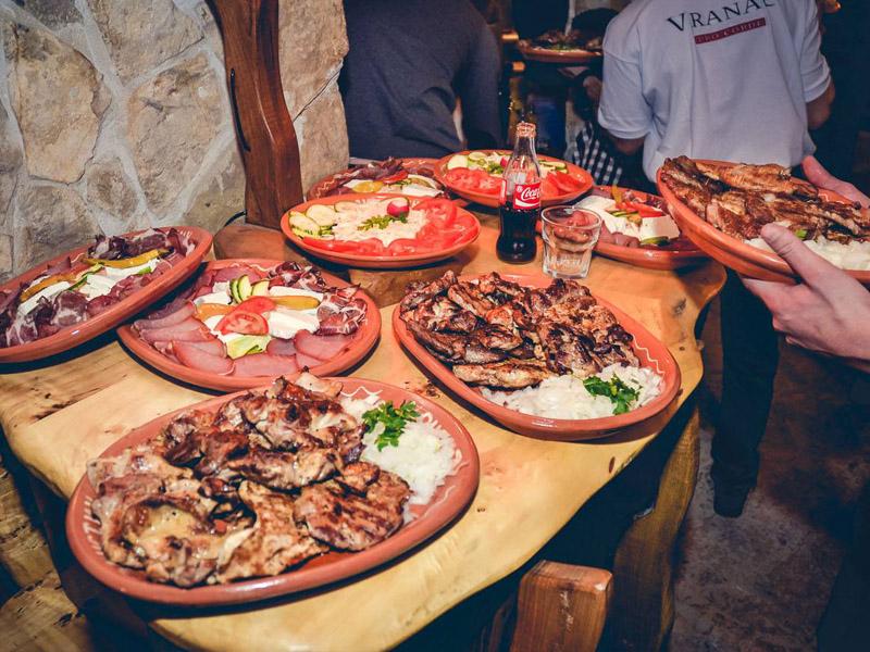 20 ćevapa i dezert za dvoje za 490 din. umesto redovne cene od 1360 din. u restoranu Konoba Akustik Braće Popović 1, Novi Sad! Dezert: tulumbe, ili crni kolač ili pita sa jabukama.  Ovo je najmladji restoran u nasem lancu, otvoren 10.01.2015. ali slobodno možemo reći da je ovaj restoran kruna dosadascaronnjeg iskustva u ovoj oblasti I ispunjen najlepscaronim detaljima ostalih restorana... On predstavlja spoj stare beogradske kafanske, tradicionalne vojvođanske, bosanske i crnogorske kuhinje... A sve ovo pod krovom prelepog etno ambijenta čiji je dragulj veliko ognjiscaronte smescaronteno u centru restorana gde se pred gostima spremaju specijaliteti kao scaronto su svadbarski kupus, teleći sač, kolenice, bosanski lonac ... I ono najvažnije za potpuni ugođaj SVAKO VEČE će najlepscarone kafanske pesme izvoditi novosadski tamburascaroni... www.konobaakustik.rs Dobro doscaronli i PRIJATNO!