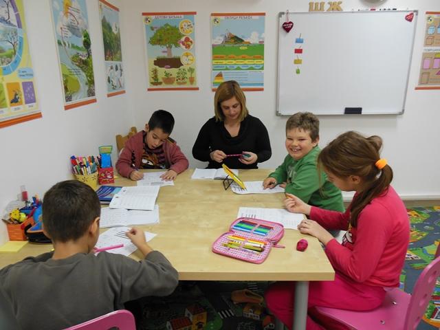 Dečji edukativni klub Scaronkolarko  Ukoliko Vam je potrebno čuvanje deteta u toku ovog letnjeg raspusta, ili kreativno-edukativna zabava, Scaronkolarko je pravo mesto za Vas i Vascarone dete. U novom, klimatizovanom i kreativnom prostoru nudimo celodnevno čuvanje dece uz niz kreativno-zabavnih radionica tokom celog letnjeg raspusta. Neka Vascarone dete provede lepe i kreativne trenutke u dečjem edukativnom klubuScaronkolarko. Tokom celog scaronkolskog raspusta nudimo niz kreativnih radionica za decu uzrasta od 4 do 10 godina. Ovog puta smo za nascarone maliscaronane dali posebne popuste na celodnevno čuvanje dece, kao i na letnje jezičke radionice.U daljem sadržaju nudimo Vam detaljniji opis ovih usluga. Boravak za decu uzrasta 4-10 godina Boravak obuhvata celodnevno čuvanje dece uzrasta od 4 do 10 godina u periodu od 8-17 h uz dodatne besplatne zabavne aktivnosti i razne kreativne radionice na srpskom jeziku. Cena boravka sa popustom iznosi 600 umesto 1200 dinara na dnevnom nivou. Roditelj kupovinom jednog vaučera kupuje jednodnevni boravak. Jedno dete može kupiti i iskoristiti maksimalno 10 vaučera. middot Letnje radionice na engleskom ili nemačkom jeziku Dečji edukativni klub Scaronkolarko i ovoga leta organizuje letnje radionice na engleskom i nemačkom jeziku. Letnje radionice su namenjene svima koji žele da se druže, zabave, nauče nescaronto novo i uživaju u kreativnom stvaranju na stranom jeziku. Nastavne jedinice su i ove godine podeljene po tematskim celinama koje su bliske deci i njihovim interesovanjima, te će maliscaronani kroz niz kreativnih aktivnosti sluscaronati strani jezik, mascarontati, stvarati i aktuelizovati nove izraze koje nauče na ovim zanimljivim radionicama. Termini održavanja radionica: dva puta nedeljno u trajanju od po dva sata. Cena dvodnevnevnih radionica je 1200 dinara umesto 2200 nedeljno. Roditelj u slučaju radionica kupuje dva vaučera od po 600 dinara. Dečji edukativni klub Scaronkolarko je osnovan 2011. god. i bavi se celokupnom 