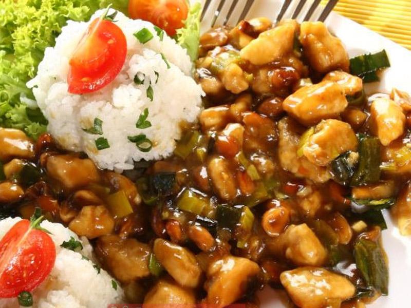 550 din umesto 1100 din za DVE (2) velike porcije piletine, svinjetine ili teletine, sosom po izboru i DVE (2) porcije pirinča . VELIKI PEKING ndash VELIKI POPUST! Restoran kineske hrane ldquoVeliki Pekingrdquo, nalazi se u Novom Sadu, na Bulevaru Oslobođenja 2a, kod Opportunity Banke. U restoranu ldquoVeliki Pekingrdquo Vas očekuje VELIKI izbor kineskih jela od piletine, teletine i svinjetine, salate, supe, pirinač na viscarone načina, nudle, morski plodovi ,vegetarijanska hrana i ukusne kineske poslastice ndash pohovane banane, ananas i sladoled! Hrana se priprema sveža ndash dok se Vi smestite u prijatnom ambijentu restorana, vescaronti kineski kuvar će Vam na licu mesta pripremiti fantastična jela u kojima ćete osetiti istinski užitak! Veliki izbor zdrave hrane, spremljene vescarontom rukom iskusnog KINESKOG KUVARA, kao i povoljne cene UBEDIĆE Vas da je Restoran ldquoVeliki Pekingrdquo prva Vascarona opcija kad je kineska hrana u pitanju!tom rukom iskusnog KINESKOG KUVARA, kao i povoljne cene UBEDIĆE Vas da je Restorantom rukom iskusnog KINESKOG KUVARA, kao i povoljne cene UBEDIĆE Vas da je Restoran Telefon za zakazivanje i informacije 021 446 154 Ručak ili večera za dvoje za 550 dinara u Restoranu Veliki Peking u Novom Sadu. Ponuda obuvata dve velike porcije glavnog jela i belog pirinča. Izabraćete svoje omiljeno jelo od ponuđenih Piletina sa povrćem Piletina sa povrćem i kikirikijem Svinjetina sa povrćem Svinjetina sa povrćem i kikirikijem Teletina sa povrćem Teletina sa povrćem i kikirikijem Sosevi za kombinovanje su: Soja sos Kari sos Ostrige sos Sečuan sos Slatko-kiseli sos Slatki kiseli i ljuti sos Dobro doscaronli i PRIJATNO!
