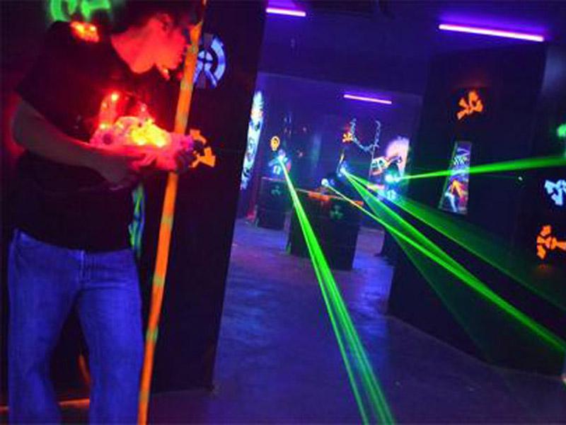 50 din-vaučer kojim ostvarujete popust od 35% (500 din. umesto 800 din.) za 1h (jedan sat) laser taga u igraonici Laser Tag Game, Venizelosova 16, Novi Sad! Za igru je neophodno minimum 4 igrača a maximum je 16 igrača raspoređenih u dve grupe.Laser tag je timski sport, rekreativna aktivnost, gde se igrači trude da osvoje scaronto veći broj poena ciljajući u protivnika infracrvenim zracima. U toku kao i na kraju igre svaki igrač na displeju može da vidi koga je i koliko puta pogodio.Potrebna je koncentracija, strategija, mirnoća, kontrola adrenalina (pojačana zvučnim i svetlosnim efektima) preciznost, hrabrost da bi se pobedilo u ovoj igri.Oprobajte se u ovoj veoma zanimljivoj igri i provedite nezaboravan sat vremena uživajući u Laser Tag-u, a pritom ćete izgubiti i veliki broj kalorija i održavati dobru formu i kondiciju. Zabavite se uz igru jedinstvenu u gradu, svratite u Laser Tag i pogodite metu pravu. Laser tag je igra popularana i zanimljiva svim uzrastima.Kada Laser Tag poredimo sa Paintballom , Laser Tag predstavlja savremeniju igru, jer ne koristii fizičke projektile i samim tim je bezbolan.Igra se u zatvorenom prostoru, odnosno improvizovanoj areni sa svetlosnim i dimnim efektima, uz ambijentalu muziku. PREDNOSTI LASER TAGA U ODNOSU NA PAINTBALL Nema bola i nema masnica, Nema boje ndash čistije je, nema nereda po odeći, licu i kosi, Nije potrebna nikakva zascarontitna oprema, panciri i viziri kroz koje je naporno disati i gledati, Neograničena municija ndash nema plaćanja za dodatnu municiju, svi igrači su ravnopravni po budžetu i ne moraju da se suzdržavaju i scarontede municiju, Paintball kuglice počinju da gube brzinu i padaju posle 50-tak metara. Kod laser tag opreme, svetlost ide pravo i pogađa precizno i na preko 100m, Pogotke detektuju senzori ndash nema nefer igre, brisanja boje i pretvaranja da nije bilo pogotka, Laser tag puscaronke nisu oružje, paintball jesu, Svi igrači koriste istu opremu ne postoji prednost zbog bolje puscaronke podjednaka sca