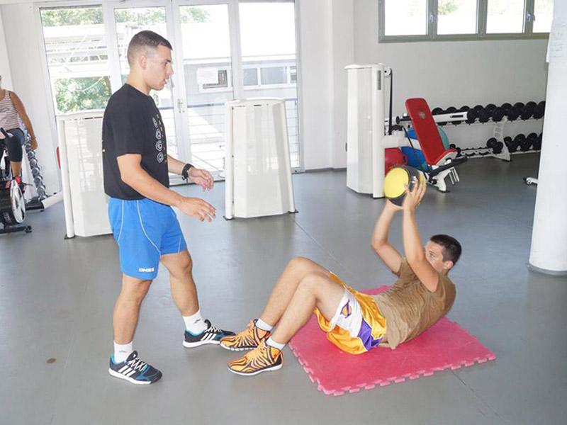 300 din-vaučer kojim ostvarujete popust od 50% (6.000 din. umesto 12.000 din.) za Program redukcije telesne težine--MESEC DANA INDIVIDUALNIH TRENINGA Individualni treninzi REDUKCIJA TELESNE TEŽINE  Program redukcije telesne težine je namenjen osobama koje nisu zadovoljni svojim izgledom, sa akcentom na smanjenje telesne mase ndash procenta masnih naslaga. Ovaj tip treninga obuhvata različite kardio i aerobne vežbe. Pored ovih vežbi, klijent mora da prilagodi svoju ishranu, kako bi rezultati bili vidljivi u kraćem roku, i kako bi se nakon postizanja željene težine ista održala.  Tokom trajanja programa, na nedeljnoj bazi se prati napredak klijenta ndash merenjem mase, obima grudi, ruku, struka, bokova i nogu. Takođe, organizuje se i merenje procenta masnoća i vode u organizmu. POVEĆANJE MIScaronIĆNE MASE  Trening povećanja miscaronićne mase je prilagođen osobama koje su postigle željenu telesnu masu, ali žele da povećaju svoju miscaronićnu masu i repetitivnu snagu. Program sadrži dosta intenzivne bazične vežbe sa povećanjem opterećenja i ciljem hipertrofije. Treninzi su vrlo sistematski rascarončlanjeni po miscaronićnim partijama kako bi se miscaronići odmorili do sledećeg treninga.  Rad sa pojedincem uključuje individualne treninge 5x nedeljno u trajanju od 2x45 minuta. Treninzi su prilagođeni svakom pojedincu, u zavisnosti od njegovih mogućnosti - kondicije, telesne mase, i opscaronteg zdravstvenog stanja. Treninzi se odvijaju u objektu Veslačkog Kluba