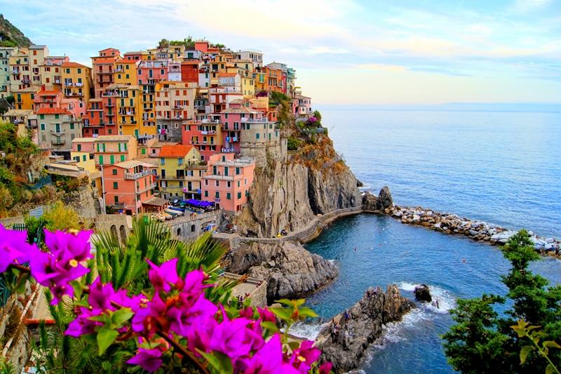 400 din. Vaučer kojim ostvarujete aranžman  agencijeOKTOPOD travel, za putovanje--TOSKANA  TOSKANA - 5 dana sa fakultativnim obilascima: Cinque Terre i Firenca Termini putovanja: 14.02 -18.02.2020. Toskanaje jedna od 20 regija Italije, nalazi se u njenom srediscaronnjem delu. Glavni grad je Firenca, a ostali značajni gradovi su Piza, Livorno, Prato, Sijena, Lukahellip Toskana je poznata i po zascarontićenim predelima i po velikom broju očuvanih starih gradova, zbog čega se na njenom tlu nalazi nekoliko mesta stavljeno na spisak bascarontine UNESKO-a, a sama regija je jedna od turistički najposećenijih u svetuhellip Firenca za Italijane, ali i ostatak zapadne Evrope ima veliki istorijski, obrazovni i kulturni značaj, pa je poznata i kao Italijanska Atina. Kao grad sa dobro očuvanim starim gradskim jezgrom i nizom vrednih građevina Firenca je i važno turističko odrediscaronte u Italiji. Stari deo Firence je pod zascarontitom UNESCO-a. Cinque Terre, neprilagođeni deo obale italijanske rivijere, nalazi se u oblasti Ligurija. Sastoji se pd pet malih naselja: Monterosso al Mare,Vernazza,Corniglia,Manarola, iRiomaggiore. Ovaj deo obale, pet gradića i brda u okolini su zajedno deo Cinque Terre Nacionalnog parka i ujedno su deoUNESCO Svetske bascarontine. PROGRAM PUTOVANJA: 1. dan (četvrtak) BEOGRAD ndash HRVATSKA - SLOVENIJA Polazak iz Beograda sa glavne autobuske stanice BAS, centar Beograda, ulaz iz Karađorđeve ulice u 17:00 h i iz Novog Sada u 18:30 h sa parkinga ispred Lokomotive. Lagana noćna vožnja preko Hrvatske i Slovenije uz usputna zadržavanja radi odmora i graničnih formalnostihellip  2. dan (petak) BOLONJA ndash MONTEKATINI (ili neko drugo mesto u okolini Firence-Barberino di Muglellohellip) Prepodnevni dolazak uBolonju. Po dolasku obilazak grada: spomenik Neptunu, bazilika San Petronio, univerzitet, Due Tori, palata Banki, palata Notai, palata Akursio, trg Mađore... Slobodno vreme nakon obilaska. Nastavak putovanja zaMontekatinindash poznate italijanske banje. 