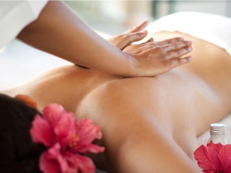 Havajska masaža celog tela u trajanju od 60 minuta za samo 690 din. u ldquoCentru za estetiku i lepotu ldquo Bul. Mihajla Pupina 6/519, u Novom Sadu. HAVAJSKA MASAŽA Lomi lomi nuimasažandashhavajskeldquoruke ljubavirdquo Danas, među popularnim terapeutskim i relaksacionim metodama, posebno mesto zauzima isceljujućahavajska masaža. Drugo imeHavajske masažeje Lomi Lomi Nui, scaronto u slobodnom prevodu znači bdquoRuke ljubavi! Bez obzira scaronto je dobila naziv ldquolomi-lomirdquo ova havajska masaža niscaronta ne prelama, već oslobađa od nataložene negativne energije. Havajska masaža, nekad privilegija imućnog sloja druscarontva države Havaji, sada je dostupna i kod nas. Lomi-lomi je izuzetna nesvakidascaronnja vrsta masaže jer se koristi posebna tehnika izvođenja ove masaže. Terapeut koristi scaronake samo prilikom nanoscaronenja ulja (kontaktnog sredstva) na deo tela koji će se tretirati, a samu masažu izvodi pomoću podlaktica i laktova. Havajskom masažomse postiže apsolutna relaksacija i harmonija duha i tela, pa je idealna za one koji su pod svakodnevnim stresom! Uticaj ove masaže prenosi se, ne samo na fizičku, već i na emocionalnu i duhovnu sferu. Praktikuju je kako ljudi starije dobi, tako i oni nescaronto mlađi. Opuscaronta telo, duh, podstiče koncentraciju, balansira čitav organizam. Trajanje masaže 1h. Masaža celog tela. Redovna cena 1.600, cena za sajt 590 din.  Kada vas izmore svakodnevnica i rutina, kada zavapite za tako neophodnim mirom, za vascaronih 5 minuta, dovoljno je samo da zakažete sebi jednu masažu. Zakažite, prepustite se rukama profesionalaca i uživajte. Dobra masaža pomoći će Vam da opustite svaki miscaronić, da zaboravite na sve stresove, obaveze i dozvolite svom telu odmor i regeneraciju . Terapija masažom je jedna od najstarijih metoda lečenja, smatra se da se koristi već 5000 godina. Koreni masaže vode poreklo iz Kine gde se pre 4700 godina koristila za ublažavanje bola nastalog od tescaronkog fizičkog posla.Terapija masažom najčescaron