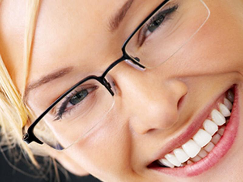 2550 din umesto redovne cene od 6800 din. za proveru dioptrije, stakla CR39 i brendirani ram za naočare u optici Pascaronćan, Scaronafarikova 13Novi Sad  Ako se ne deluje preventivno problemi sa vidom mogu da napreduju, i ako nosite naočare koje viscarone nisu za vas one mogu da prouzrokuju probleme sa vidom i ozbiljne glavobolje. Mnogobrojna istraživanja dokazuju kakav utisak nascaron spoljascaronnji izgled ostavlja na okolinu, postoji nekolicina njih kojima je utvrđeno da ljudi koji nose dioptrijske naočare izgledaju ozbiljnije, inteligentnije i samopouzdanije. Bez obzira na to da li se slažete sa tim ili ne, ukoliko su vam potrebne dioptrijske naočare, odaberite one koje na najbolji način pristaju obliku vascaroneg lica i vascaronem tenu, ali i da su istovremeno moderne, scaronto će vam pomoći da ujedno i ostavljate utisak osobe koja ima stila.  2550 din za oftalmoloscaronki pregled + CR-39 stakla (sa tvrdim slojem protiv grebanja) dioptrije do +/-6 u sferi ili 4 dioptrije u sferi i 2 cilindra, dioptrijski ram sa metalnim i plastičnim okvirima po izboru (brendovi ldquoTrendrdquo i ldquoCharmrdquo)! Optičarska radnja