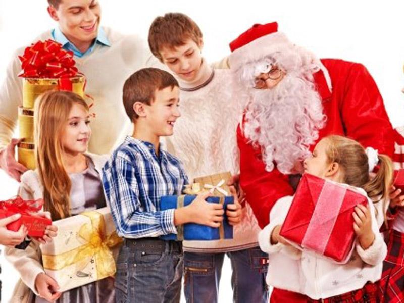 1.250 din umesto 3.000 din za dolazak Deda Mraza u Vascaron dom. Nova godina je sve bliže, DEDA MRAZ nam stižeeee! Bliže nam se Novogodiscaronnji i božićni praznici, a tokom cele godine najviscarone radosti nam donose nascaroni maliscaronani. Dečija radost i njihova vesela lica su najvažniji ukrasi za celu novogodiscaronnju atmosferu i vesele praznične dane. Zato im pokažite da želite da ih nagradite za sve dobro scaronto su u ovoj godini uradili i pozovite u goste nekoga ko do sada nije bio gost u Vascaronoj kući... Deda Mraz!  Vascaroni najmlađi ukućani će se svakako obradovati novogodiscaronnjim paketićima, ali ono scaronto će im pružiti najveću radost novogodiscaronnjih I božićnih praznika jeste ako im paketić donese lično Deda Mraz! Iskoristite priliku koju su Vam pripremili Vascaroni Popusti 021 da po fantastičnoj ceni od svega 1250 din na vreme zakažete dolazak Deda Mraza u vascaron dom i tako vascaronem maliscaronanima priredite nesvakidascaronnju zabavu! Za samo 1250 din organizujte dolazak Deda Mraza u Vascaron dom i izmamite osmehe Vascaroneg deteta!Deda mraz Vam dolazi na kućnu adresu i vrscaroni predaju paketića kupljenim od strane roditelja! Broj vaučera je ograničen. Ponuda važi samo za Novi Sad