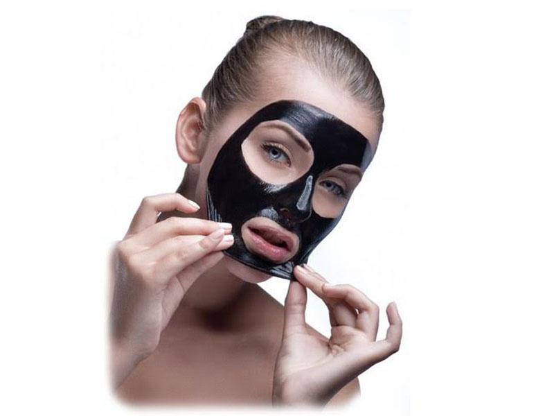 590 din. umesto 1590 din. za --tretmanKarbon crna maska-- u studiju kozmetičkih tretmana Laser Centar Triniti, Pariski magazin prvi sprat u Novom Sadu! Black karbon mask funkcioniscarone tako scaronto preparat, dok je jos uvek u tečnom stanju, prodre u dubinu i najsitnijih pora kože, za vreme transformacije maske i formiranja folije za samu foliju se vezuju nečistoće, masti, miteseri, krpice mrtvih delova kože i dlačice. Nakon definitvnog formiranja folije sledi faza skidanja koja je jednostavna i bezbolna jer se folija ne kida. Efekti su momentalni u vidu glatke i nežne kože bez mitesera. Cena 590 umesto 1590 Tretman traje 30 minuta ____________________________________  U saradnji sa Poscarontama Srbije uveli smo joscaron jedan način plaćanja(PostFin gde možete uplatiti VAUČERE svakim radnim danom kao i Subotom i Nedeljom (npr. poscaronte u Univerexportu do 20h) i to BEZ PROVIZIJE i bez popunjavanja uplatnice već samo na scaronalteru poscaronte predate PostFin broj-vaučer Vam stiže na mail nakon uplate automatski za 10 min.)!