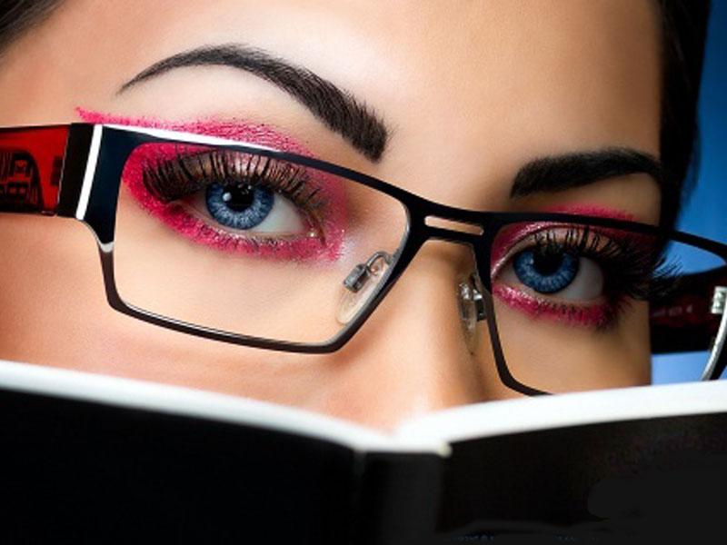 2450 din umesto redovne cene od 5500 din. za oftalmoloscaronki pregled, dioptrijski brendiran ram (Charm, Sanremo, Zero 21, Metro, Black Rose, Kind, Odysey, Elsek) i stakla + gratis futrola i krpica u Optici Piljak , Resavska 1 Novi Sad Ako se ne deluje preventivno problemi sa vidom mogu da napreduju, i ako nosite naočare koje viscarone nisu za vas one mogu da prouzrokuju probleme sa vidom i ozbiljne glavobolje. Mnogobrojna istraživanja dokazuju kakav utisak nascaron spoljascaronnji izgled ostavlja na okolinu, postoji nekolicina njih kojima je utvrđeno da ljudi koji nose dioptrijske naočare izgledaju ozbiljnije, inteligentnije i samopouzdanije. Bez obzira na to da li se slažete sa tim ili ne, ukoliko su vam potrebne dioptrijske naočare, odaberite one koje na najbolji način pristaju obliku vascaroneg lica i vascaronem tenu, ali i da su istovremeno moderne, scaronto će vam pomoći da ujedno i ostavljate utisak osobe koja ima stila.  2450 din za oftalmoloscaronki pregled + CR-39 stakla (sa tvrdim slojem protiv grebanja) dioptrije do +/-6 u sferi ili 4 dioptrije u sferi i 2 cilindra, dioptrijski ram po izboru (brendovi Charm, Sanremo, Zero 21, Metro, Black Rose, Kind, Odysey, Elsek) uz futrolu i krpicu gratis! Optičarska radnja
