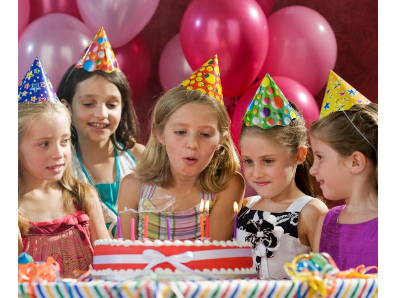 790 din vaučer kojim ostvarujete popust od 60% (3200 din.umesto redovne cene od 8000 din.) za proslavu rođendana za decu + party program + sokići u ldquoKreativnom Klubu ldquo ul.Marka Miljanova 7 , Novi Sad radnim danima (od ponedeljka do petka).   Ako želite da istinski uživate u proslavi rođendana Vascaronih najmilijih i da Vas oko svih sitnih detalja ne hvata nervoza, organizaciju ove godine prepustite rođendaonici