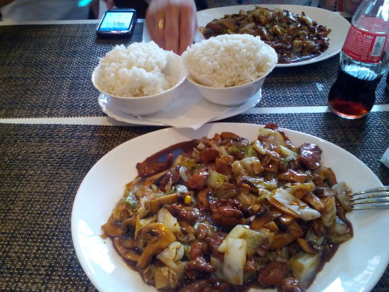 550 din umesto 1100 din za DVE (2) velike porcije piletine, svinjetine ili teletine, sosom po izboru i DVE (2) porcije pirinča . VELIKI PEKING ndash VELIKI POPUST! Restoran kineske hrane ldquoVeliki Pekingrdquo, nalazi se u Novom Sadu, na Bulevaru Oslobođenja 2a, kod Opportunity Banke. U restoranu ldquoVeliki Pekingrdquo Vas očekuje VELIKI izbor kineskih jela od piletine, teletine i svinjetine, salate, supe, pirinač na viscarone načina, nudle, morski plodovi ,vegetarijanska hrana i ukusne kineske poslastice ndash pohovane banane, ananas i sladoled! Hrana se priprema sveža ndash dok se Vi smestite u prijatnom ambijentu restorana, vescaronti kineski kuvar će Vam na licu mesta pripremiti fantastična jela u kojima ćete osetiti istinski užitak! Veliki izbor zdrave hrane, spremljene vescarontom rukom iskusnog KINESKOG KUVARA, kao i povoljne cene UBEDIĆE Vas da je Restoran ldquoVeliki Pekingrdquo prva Vascarona opcija kad je kineska hrana u pitanju!tom rukom iskusnog KINESKOG KUVARA, kao i povoljne cene UBEDIĆE Vas da je Restorantom rukom iskusnog KINESKOG KUVARA, kao i povoljne cene UBEDIĆE Vas da je Restoran Ručak ili večera za dvoje za 550 dinara u Restoranu Veliki Peking u Novom Sadu. Ponuda obuvata dve velike porcije glavnog jela i belog pirinča. Izabraćete svoje omiljeno jelo od ponuđenih Piletina sa povrćem Piletina sa povrćem i kikirikijem Svinjetina sa povrćem Svinjetina sa povrćem i kikirikijem Teletina sa povrćem Teletina sa povrćem i kikirikijem Sosevi za kombinovanje su: Soja sos Kari sos Ostrige sos Sečuan sos Slatko-kiseli sos Slatki kiseli i ljuti sos Dobro doscaronli i PRIJATNO!