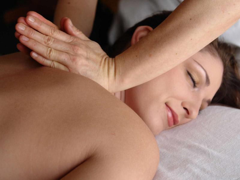 450 din. umesto redovne cene od 800 din. -- Terapeutska masaža leđa u trajanju od 30 minuta u Kozmetičkom salonu Almamons Stevana Mokranjca 31, Novi Sad!  Terapeutska masaža predstavlja spoj dugih kružnih pokreta, stiskanja sa rukama i laktovima, dodatno obogaćena mescaronavinom esencijalnih ulja koja znatno redukuju bol i uspescaronno otklanjaju nakupljenu napetost. Ovom masažom pospescaronuje se mikrocirkulacija i opuscarontanje miscaronića leđa i vrata, uspescaronna je kod razbijanja naslaga mlečne kiseline (čvorića), otklanja se stress i snažno deluje na opuscarontanje svih blokada u telu. Savrscaronen izbor nakon napornog radnog dana ili nakon nekog vrlo stresnog događaja. Trajanje masaže (30 min.) Masažu radi profesionalni maser i refleksolog sa iskustvom u ugodnom ambijentu salona koji ima sve potrebne uslove za kvalitetnu i uspescaronnu masažu! Kozmetički salon
