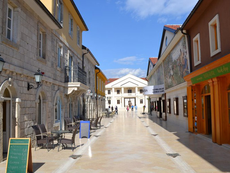 150 rsd. Vaučerkojim ostvarujete popust od 42% (1750 din.umesto redovne cene od 2990 din.)za putovanjeMOKRA GORA- DRVENGRAD- VIScaronEGRAD-ANDRIĆGRAD Andrićgrad ili Kamengrad: je kulturni centar koji se nalazi u Viscaronegradu, na mestu gde se reka Rzav uliva u Drinu. Autor ovog projekta je Emir Kusturica, a za posetioce grad je otvoren 2012. Sa pedesetak objekata od kamena u ovom gradu nalazi se crkva, stari trgovi, stari han, dućani.. Između Tare i Zlatibora, u zapadnom delu Srbije nalazi se Mokra Gora. Na nju se nadovezuje Scaronargan, koji zajedno sa Mokrom Gorom čini veličanstveni park prirode u ovom delu Srbije. Veliku atrakciju pored pruge uskog koloseka, poznatiju kao bdquoscaronarganska osmicaldquo, predstavlja svojevrsno etno selo Drvengrad, koji se nalazi na uzviscaronenju Mećavnik. Njegov tvorac, Emir Kusturica, sagradio je čitavmali grad sa crkvom, bioskopom, bibliotekom, galerijom slika, restoranom, poslastičarnicom, radnjama narodne radinosti... PROGRAM PUTOVANJA: Polazak iz Novog Sada u 06:30h sa parkinga restorana ldquoZlatna medalja ldquo kod Sajma a iz Beograda sa parkingaSavacentra u 08:00h. Voznja sa usputnim pauzama radi odmora.Dolazak na Mokru Goru.Slobodno vreme za razgledanje Drvengrada.Nakon razgledanja Drvengrada polazak ka Visegradu.Dolazak u Viscaronegrad,poseta Andrićgradu i mostu na Drini uz stručnod vodiča.Slobodno vreme za individualne aktivnosti.Polazak za Beograd i Novi Sad oko 19h.Dolazak u Novi Sad i Beograd u večernjim časovima. CENA ARANŽMANA:1.750,00 rsd ARANŽMAN OBUHVATA: - Prevoz visokopodnim turističkim autobusima (tv, klima, dvd),- Razgledanja i obilaske prema programu,- Usluge pratioca grupe tokom putovanja,- Usluge lokalnog vodiča,- Troscaronkove organizacije putovanja ARANŽMAN NE OBUHVATA: -Individualne troskove putnika-Fakultativne programe: ulaznica za Drvengrad 250,00 dinara USLOVI I NAČIN PLAĆANJA: - 40% prilikom rezervacije,ostatak 10 dana pred putovanje -Minimalan broj putnika za ulazak u Beogradu je 10 putnika,u 