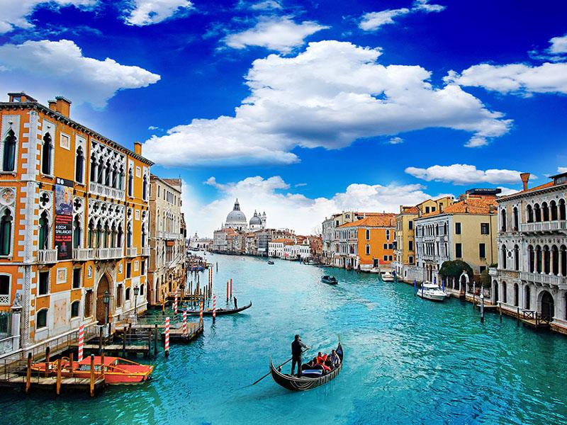 400 din. Vaučer kojim ostvarujete aranžman  agencijeOKTOPOD travel, za putovanje--SEVERNA ITALIJA- Venecija 49 euro SEVERNA ITALIJA - 4 dana sa fakultativnim obilaskom Venecije, Verone, Vićence Termini putovanja: 07.02 -10.02.2020. 14.02 -17.02.2020. 21.02 -24.02.2020. Venecija je čuveno turističko mesto u severoistočnoj Italiji, na Jadranskom moru, koja predstavlja upravno srediscaronte regije Veneto. Od Beograda je udaljena skoro 800 km. Nekada poznata kao prestonica Mletačke republike, smescarontena u laguni i danas sa ponosom nosi epitet ldquoLA SERENISSIMArdquo. Padova se nalazi u regiji Veneto na severu Italije i glavni je grad pokrajine Padova. Padova je univerzitetski grad, preovlađuje omladina, mnogo turista, nasmejanih mescarontana.... Padova je vrlo specifična i slikovita, odlikuju je uske ulice i brojni trgovi. Vićenca je grad koji se nalazi u severoistočnom delu Italije, izmedju Venecije i Verone. Broji populaciju od preko 100.000 stanovnika, ma veoma dobro očuvano staro gradsko jezgro i pod zascarontitom je UNESKO-a   PROGRAM PUTOVANJA: 1. dan (petak) BEOGRAD ndash HRVATSKA ndash SLOVENIJA  Polazak iz Beograda sa glavne stanice BAS, centar Beograda, ulaz iz Karađorđeve u 18.00h i vožnja do Novog Sada iz koga je polazak u 19.30h sa parkinga ispred Lokomotive. Noćna vožnja preko Hrvatske i Slovenije uz usputna zadržavanja radi odmora i graničnih formalnosti. 2. dan (subota) PUNTA SABIONI ndashVENECIJA (fakultativa) - LIDO DI JESOLO (u letnjim mesecima, u periodu Karnevala, za Uskrs i 01.maj:Noventa di Piave, Oderzo, Conegliano, Brugnera, Zane ...) Dolazak u luku Punta Sabioni u jutarnjim satima. Fakultativna vožnja brodićem do ldquoKraljice Mediteranardquo - Venecije. Poseta gradu ldquokrilatog lavardquo započinje sa mesta čija je lepota toliko neobična i zasenjujuća da se ljudska čula nikada ne mogu dovoljno nadiviti i načuditi ndash Piazza San Marco. Najpoznatije gradjevine nekadascaronnje Mletačke republike: Palazzo Ducale, Bazilika San Marco sa repli