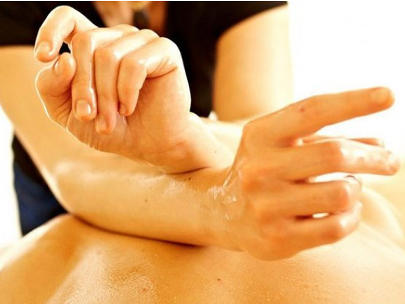 Balinežanska masaža celog tela u trajanju od 60 minuta za samo 790 din. u ldquoCentru za estetiku i lepotu ldquo Bul. Mihajla Pupina 6/519, u Novom Sadu. Bali masaža Bali masaža koristi se vekovima za regeneraciju i učvrscaronćivanje tela te pomaže isceliti telo i um. Ova tradicionalna terapija kombinuje istezanje, duge poteze, tehnike pritiskanja dlanovima i palčevima oko energetskih meridijana u telu kako bi se opustila napetost miscaronića i stimulisao limfni sistem koji će tada moći započeti regenerativno delovanje i dovesti do olakscaronavanja napetosti, poboljscaronanja protoka krvi, ublažavanja stresa i smirivanja uma.  Dobra masaža pomoći će Vam da opustite svaki miscaronić, da zaboravite na sve stresove, obaveze i dozvolite svom telu odmor i regeneraciju . Terapija masažom je jedna od najstarijih metoda lečenja, smatra se da se koristi već 5000 godina. Koreni masaže vode poreklo iz Kine gde se pre 4700 godina koristila za ublažavanje bola nastalog od tescaronkog fizičkog posla.Terapija masažom najčescaronće se koristi za mentalno opuscarontanje posle dugotrajnog stresa, i ublažavanje bola u leđima i vratu prouzrokovanih dugotrajnim sedenjem. Pozitivni efekti masaže su mnogobrojni: Ona scaroniri krvne sudove poboljscaronava ishranu ćelija, poboljscaronava elastičnost i regeneraciju kože, opuscaronta miscaroniće, podstiče probavu, ubrzava metabolizam, pospescaronuje izbacivanje scarontetnih materija iz organizma, smanjuje bol i napetost, deluje pozitivno na unutrascaronnje organe. Zato dozvolite svom telu da uživa ! Bićete zdraviji i aktivniji !