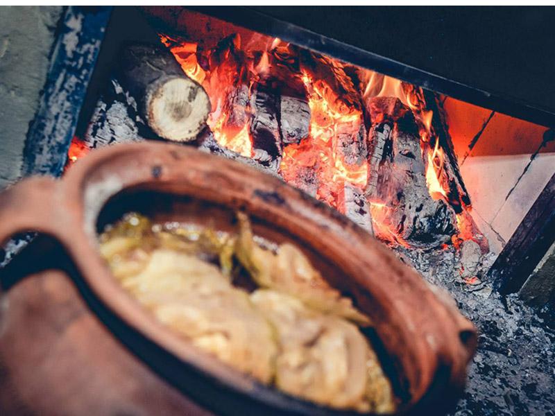 / PROMO / 690 din. umesto redovne cene od 1780 din. za Juneće meso sa krompirom i povrćem ukupno 1kg spremano u zemljanim posudama za dvoje + dva dezerta u restoranu