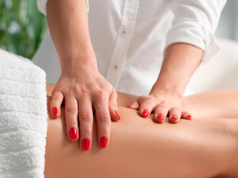 1.500 din. umesto redovne cene od 3.000 din. za 5 ručnih anticelulit masaža--Studio S--Zmaj Jovina 26, T.C. Lupus u Novom Sadu!  Celulit je masno tkivo koje se skuplja na tačno određenim delovima tela (bedrima, stražnjici, ponekad oko kolena, stomaku). Dugi niz godina stručnjaci iz oblasti medicine bave se istraživanjem kako i zascaronto celulit nastaje, pored genetskih faktora tu su i hormoni, kao i nekavlitetna ishrana i način života, slabo kretanje i bavljenje sportskim aktivnostima. Osnovno pravilo anticelulit masaže je da ne sme da bude bolna i da dovede do pojave podliva i modrica. S duge strane, delovi tela koji su zahvaćeni celulitom vrlo su bolni čak i na blagi dodir, pa je to razlog da pa mnoge žene izbegavaju masažu. Ovaj bol na dodir se javlja kao znak slabe cirkulacije i akumuliranih toksina koji iritiraju nervne zavrscaronetke. Važno je i da znate da će ovaj bol nestati čim se uspostavi normalna cirkulacija u potkožnom tkivu, pa bi kod srednjeg stepena celulita treća masaža trebala biti skoro bezbolna.  Masaža je jedno od najprirodnijih i najdelotvornijih sredstava u borbi protiv celulita i u znatnoj meri će doprineti zdravlju i značajno smanjiti celulit. Da bi se razbile naslage celulita potrebna je masaža koja će ga prvo usitniti i razbiti, a zatim i putem limfe izbaciti preko bubrega. Počinje se sa nežnom i blagom masažom delova zahvaćenih celulitom, a kasnije postepeno prelazi na nescaronto intenzivniju masažu. Optimalan broj tretmana zavisi od osobe do osobe ali obično je to desetak tretmana. Anticelulitna masaža kombinuje masažu iskusne i stručne fizioterapeutkinje uz upotrebu eteričnih ulja namenjena tretiranju celulita.Cilj masaže je pokrenutanje cirkulacije, limfe, pospescaronuje izbacivanja viscaronka vode i toksina iz tela. Zato dozvolite svom telu da uživa! Bićete zdraviji i aktivniji! __________________________________   U saradnji sa Poscarontama Srbije uveli smo joscaron jedan način plaćanja (PostFin gde možete uplatiti VAUČERE svakim ra