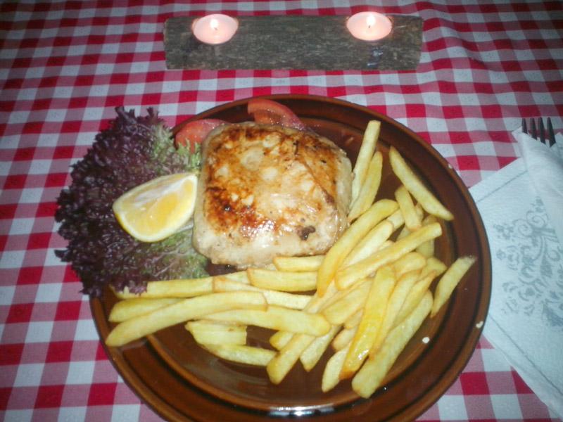 640 din. umesto redovne cene od 1480 din. za Dva Pileća bela u maramici(belo meso, sir, slaninica, scaronampinjoni)+ pomfrit + dezert+hleb i kuver za dvoje u restoranu