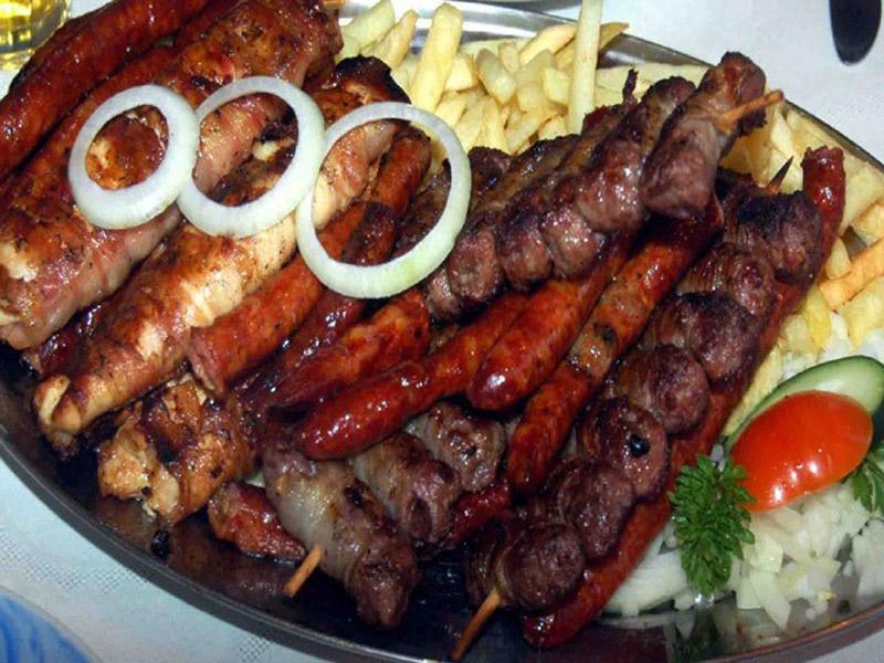 959 din. umesto redovne cene od 2320 din. zaMescaronano meso sa prilogom (oko 1,6kg.)+ dve lepinje + dva kolača po izboru (Dezert je jedna od poslastica koje imamo taj dan na meniju tulumbe, ili crni kolač ili pita sa jabukama) u restoranu Konoba NS Braće Popović 1, Novi Sad!  Nascarona Konoba je otvorena 10. januara 2015. godine. Imamo jasne ciljeve i vrlo precizno određen standard, koga se striktno pridržavamo. Nascarona hrana jednostavno mora biti vrhunskog kvaliteta i odlčnog ukusa. Osoblje je uvek ljubazno i sklono udovoljavanju hedonističkih potreba nascaronih dragih gostiju. U prelepom etno ambijentu, sa ognjiscarontem kao iz starih priča, pred gostima se spremaju specijaliteti ispod sača. Pored toga, roscarontilj na ćumuru, po svom mirisu i ukusu već je dobro poznat stalnim gostima, uz kvalitetno domaće vino Vam ne dozvoljava da ne budete potpuno opuscaronteni. Uveče, uz novosadske tamburascarone i najlepscarone kafanske pesme, imaćete doživljaj o kome ćete sasvim sigurno pričati svima i scaroniriti nadaleko lep glas o nama... Dobro doscaronli i PRIJATNO!  U saradnji sa Poscarontama Srbije uveli smo joscaron jedan način plaćanja (PostFin gde možete uplatiti VAUČERE svakim radnim danom kao i Subotom i Nedeljom (npr. poscaronte u Univerexportu do 22h ) i to BEZ PROVIZIJE-vaučer Vam stiže na mail nakon uplate automatski za 10 min.)!
